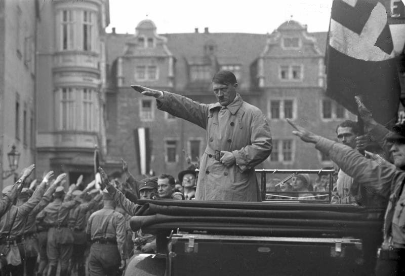 Hitler auf seiner Vortragsreise im Herbst 1930, hier in Weimar | Bundesarchiv, Bild 102-10541 / Georg Pahl / CC-BY-SA 3.0